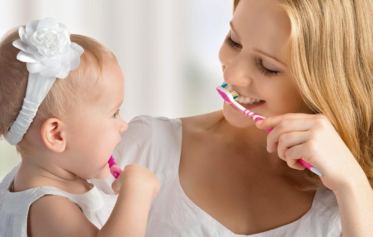 kinderen leren tandenpoetsen